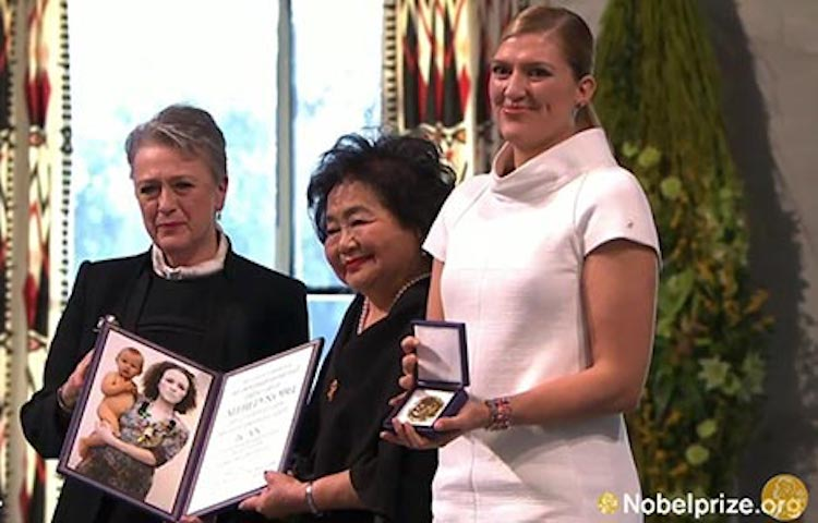 hoto: ICAN, represented by Setsuko Thurlow and Beatrice Fihn, receives the Nobel Peace Prize Medal and Diploma from Berit Reiss-Andersen of the Norwegian Nobel Committee, during the award ceremony in Oslo. Copyright: Nobel Media AB 2017.